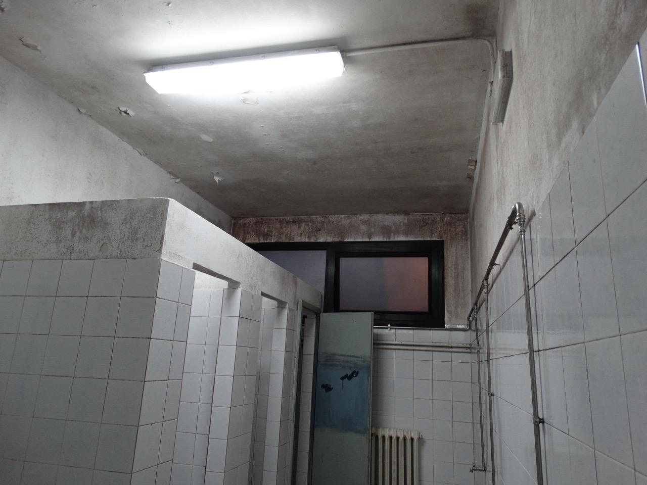 Muffa e pareti scrostate i fatiscenti spogliatoi della - Muffa nella doccia ...